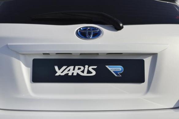 2013_Yaris_Hybrid-R_DET_08__mid